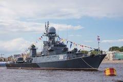 Pequeña nave antisubmarina Kazanetz en el día de la bandera de Rusia Imagenes de archivo