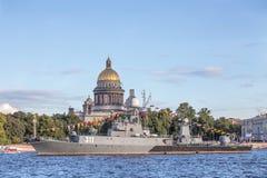 Pequeña nave antisubmarina Kazanetz en el día de la bandera de Rusia en el terraplén del Ministerio de marina en St Petersburg Fotos de archivo