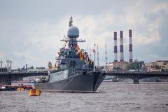 Pequeña nave antisubmarina Urengoy en el día de la bandera de Rusia Foto de archivo