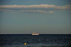 Pequeña nave en un mar Fotografía de archivo