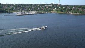 Pequeña navegación del barco de placer a través de los conductos Norstrom en el mar Báltico metrajes