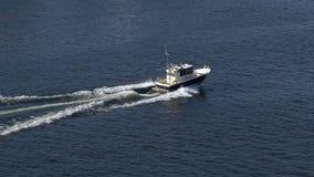 Pequeña navegación del barco de placer a través de los conductos Norstrom en el mar Báltico Cámara lenta almacen de metraje de vídeo