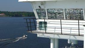 Pequeña navegación del barco de placer a través de los conductos Norstrom en el mar Báltico Cámara lenta almacen de video