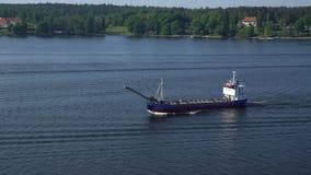 Pequeña navegación del buque de carga a través de los conductos Norstr m en el mar Báltico almacen de video