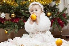 Pequeña niña feliz que juega con las frutas foto de archivo