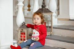 Pequeña niña rubia adorable de la muchacha en un suéter con una nieve fotografía de archivo libre de regalías