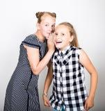 Pequeña novia linda dos que expresa diversas emociones Cabritos divertidos Los mejores amigos cuidan en exceso y presentación fotos de archivo libres de regalías