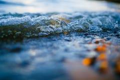 Pequeña onda en la macro de la orilla fotografía de archivo libre de regalías