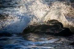 Pequeña onda en la playa de Rialto en el parque nacional olímpico, Washington, los E.E.U.U. Fotos de archivo