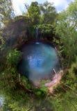 Peque?a opini?n amplia a?rea del ojo de pescados del planeta de la cascada del para?so en laguna azul del bosque profundo El mejo fotos de archivo