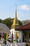 Pequeña pagoda de oro en un templo Imágenes de archivo libres de regalías
