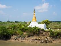 Pequeña pagoda en medio de campos del arroz en Myanmar Fotos de archivo