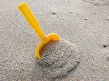 Pequeña pala en la arena Fotografía de archivo