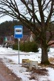 Pequeña parada de omnibus y un banco de madera Imagen de archivo libre de regalías