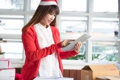 Pequeña pedido de lanzamiento del cliente del control del propietario de negocio con la tableta en Foto de archivo