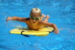 Pequeña persona que practica surf fotos de archivo libres de regalías