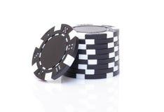 Pequeña pila de fichas de póker negras Fotografía de archivo libre de regalías