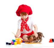 Pequeña pintura del niño del artista. Gatito que se sienta cerca Fotos de archivo libres de regalías