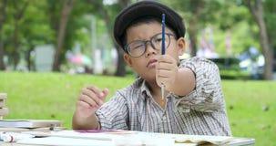 Pequeña pintura joven del artista en el parque almacen de metraje de vídeo