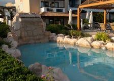 Pequeña piscina decorativa en el estilo griego Imagen de archivo