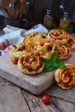 Pequeña pizza con el queso de la mozzarella, jamón, albahaca, tomates de cereza Bollos de la pasta de levadura en fondo de madera Imagen de archivo libre de regalías
