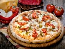 Pequeña pizza con los tomates y el queso 4 Fotos de archivo