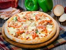 Pequeña pizza con los tomates y el queso 2 Fotografía de archivo
