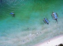 Pequeña playa de la visión superior con la gente, los barcos del banca y el PA vacationing Fotos de archivo libres de regalías
