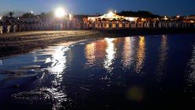 Pequeña playa en la noche