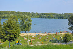 Pequeña playa en la orilla del río imagen de archivo