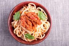 Pequeña porción de espaguetis cocinados con el condimento del tomate Imagenes de archivo