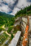 Pequeña presa eléctrica hidráulica que aprovecha poder de agua Foto de archivo libre de regalías