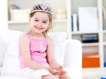 Pequeña princesa con sonrisa en corona Imagenes de archivo