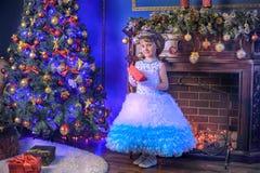 Pequeña princesa en el árbol de navidad Imagen de archivo libre de regalías