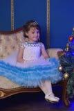 Pequeña princesa en el árbol de navidad Fotografía de archivo