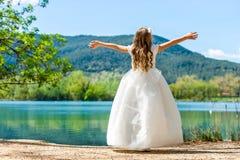 Pequeña princesa en el vestido blanco en el lago. Imagen de archivo libre de regalías
