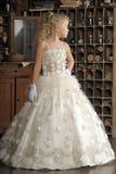 Pequeña princesa en el vestido blanco y flores rojas Fotos de archivo libres de regalías