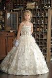 Pequeña princesa en el vestido blanco y flores rojas Fotografía de archivo libre de regalías