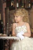 Pequeña princesa en el vestido blanco y flores rojas Fotos de archivo