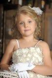 Pequeña princesa en el vestido blanco y flores rojas Imágenes de archivo libres de regalías