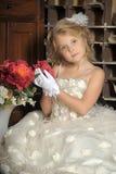 Pequeña princesa en el vestido blanco y flores rojas Foto de archivo