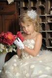 Pequeña princesa en el vestido blanco y flores rojas Imagen de archivo libre de regalías