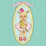 Pequeña princesa linda del bebé con la rana del juguete Imagenes de archivo