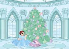 Pequeña princesa que adorna un árbol de navidad fotos de archivo