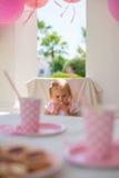 Pequeña princesa Sitting en su fiesta de cumpleaños Fotos de archivo