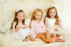 Pequeña princesa tres en la cama fotos de archivo libres de regalías