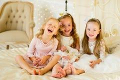 Pequeña princesa tres en la cama fotos de archivo