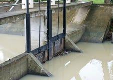 Pequeña puerta de la presa del metal, para el nivel del agua del control Fotos de archivo