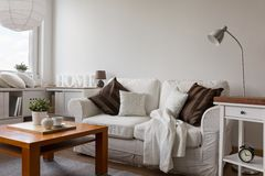 Pequeña sala de estar acogedora foto de archivo libre de regalías