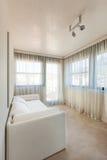 Pequeña sala de estar con el diván blanco foto de archivo